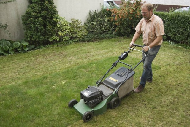Benzin-Rasenmäher-mit-Antrieb