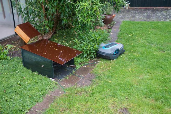 Rasenroboter-außerhalb-des -Rasens