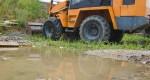 Baumaschinen verdichten den Boden